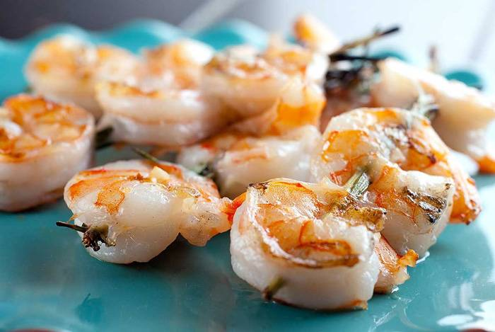 mon-ngon-tu-ech-cho-ba-bau-grilled-shrimp-and-rosemary-skewers