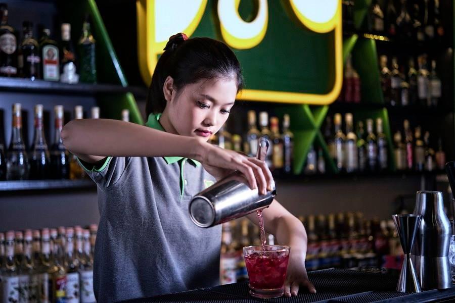 cach-che-bien-tom-su-chien-khoa-hoc-bartender-o-da-nang